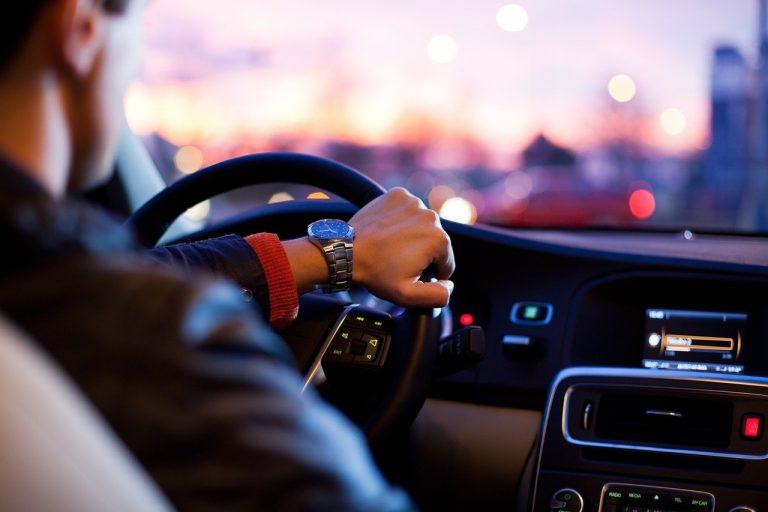 Bezpieczne podróżowanie w czasie pandemii. Jak zdezynfekować swój samochód?