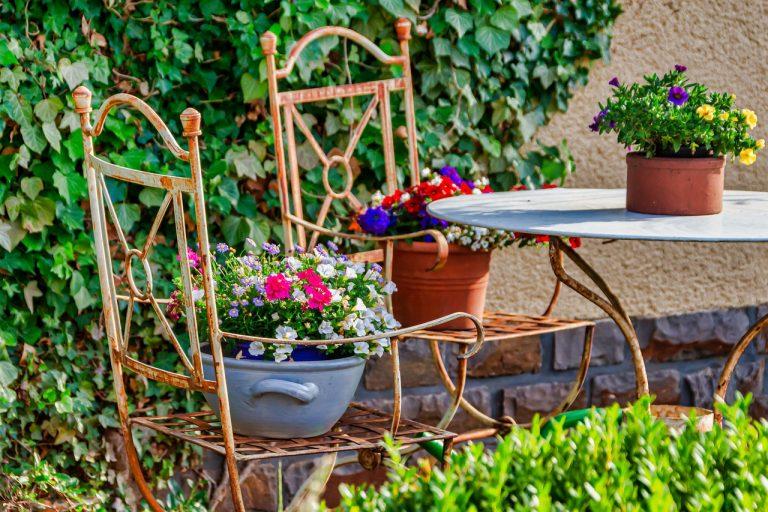 Kilka słów o tym, jakie błędy możemy popełniać przy odnawianiu starych ogrodowych mebli