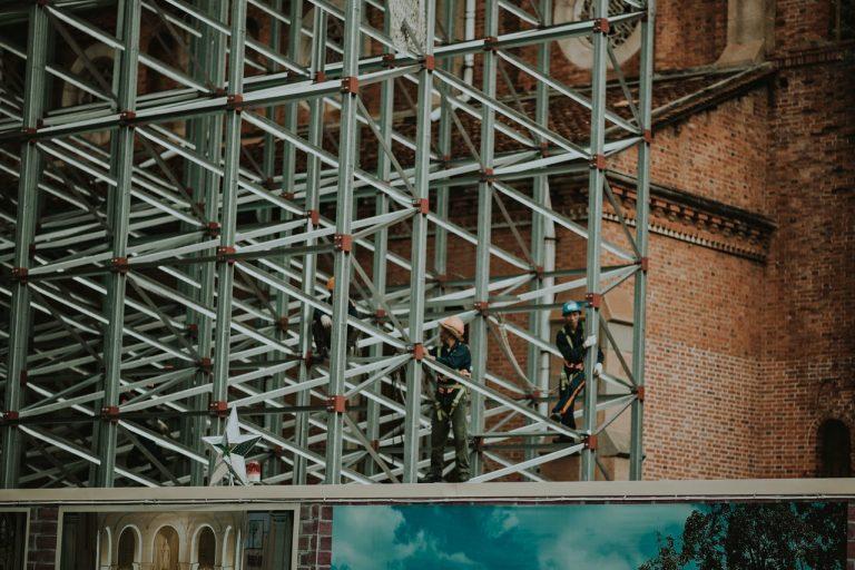 Szalunki ścienne na placu budowy – jak z nich korzystać?